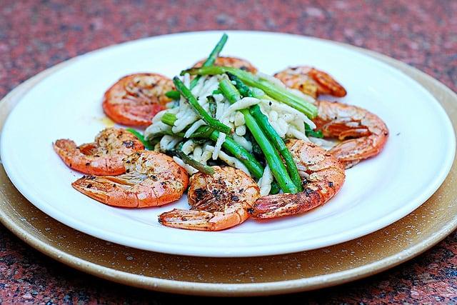 Garlic shrimp and asparagus pasta