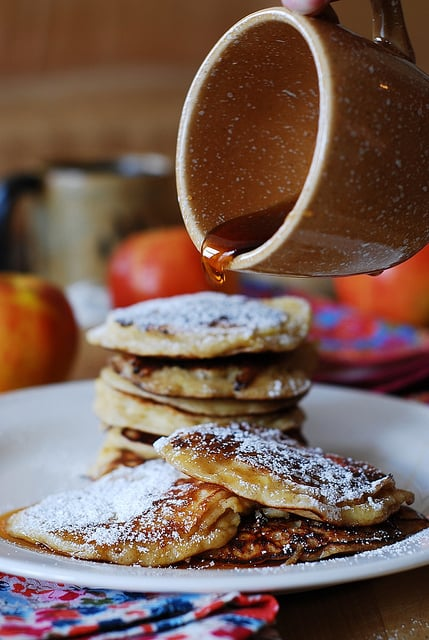 Apple cinnamon pancakes, pancakes for breakfast, pancakes for dessert, fall recipes, fall desserts, fall treats, fall harvest recipes, russian recipes, russian food, russian desserts, crepes, blini, blinchiki