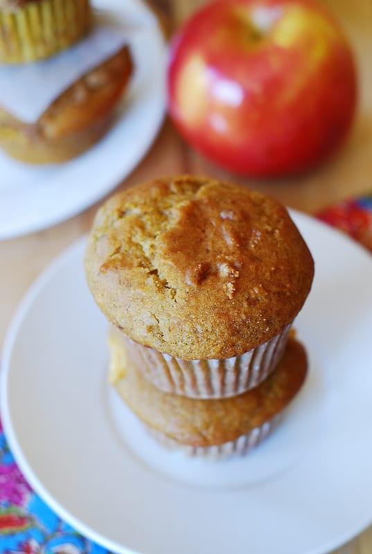 Pumpkin banana muffins with apples and cinnamon, pumpkin banana greek yogurt muffins, skinny muffins, breakfast muffins, dessert muffins, fall recipes, fall harvest food, fall muffins