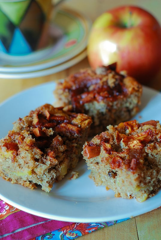 Easy apple cake - a perfect Fall recipe, nuts, pecans, cinnamon, Fall recipes, Fall desserts, Fall cakes, breakfast cake, coffee cake, Russian food blog, Russian recipes, Russian desserts