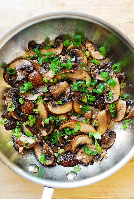 sprinkle sauteed mushrooms with chopped green onions (step-by-step photos)