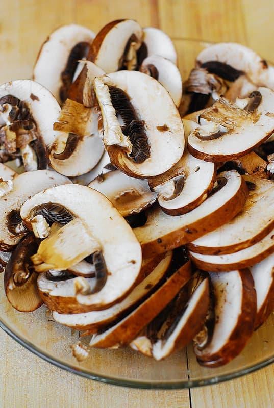 sliced button mushrooms (step-by-step photos)