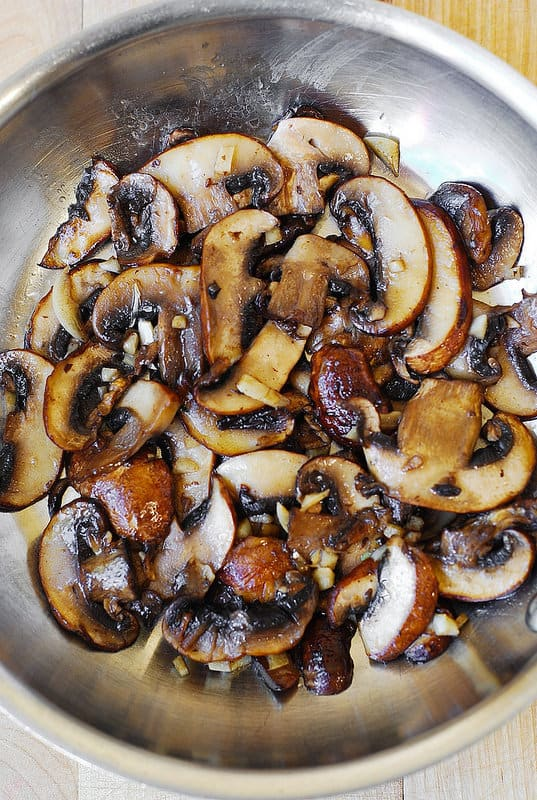 cooking mushrooms in olive oil and with minced garlic in a large skillet (step-by-step photos)