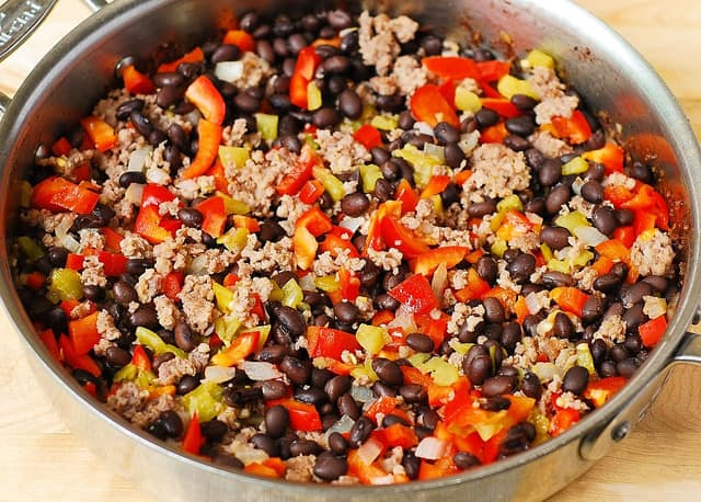 combining pork sausage, black beans, bell peppers in a large skillet (step-by-step photos)