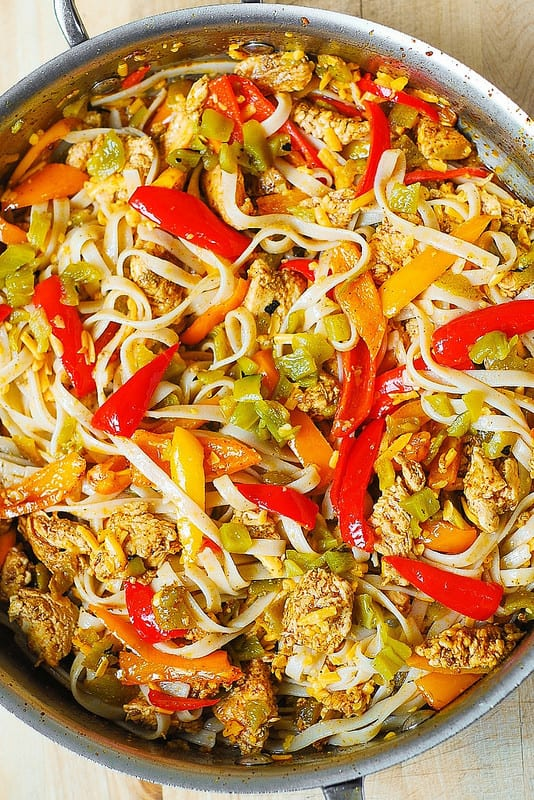 add pasta to the chicken and bell peppers and mix everything in a large skillet (step-by-step photo)