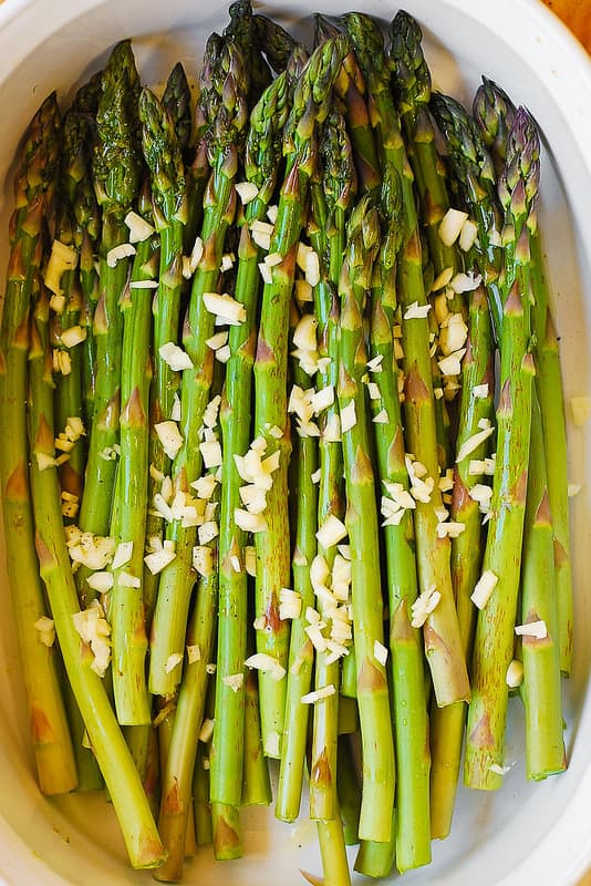 asparagus with olive oil and garlic in a baking dish