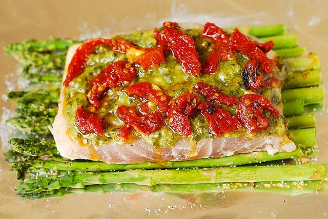 add sun-dried tomatoes on top of basil pesto, sea bass, and asparagus (step-by-step photos0