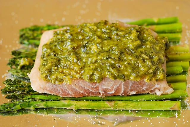 add basil pesto on top of sea bass fillet (step-by-step photos)