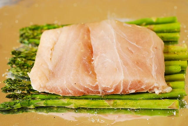 place sea bass fillet on top of asparagus (step-by-step photos)