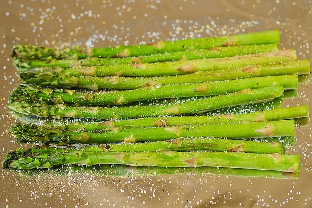 add asparagus on top of foil (step-by-step photos)