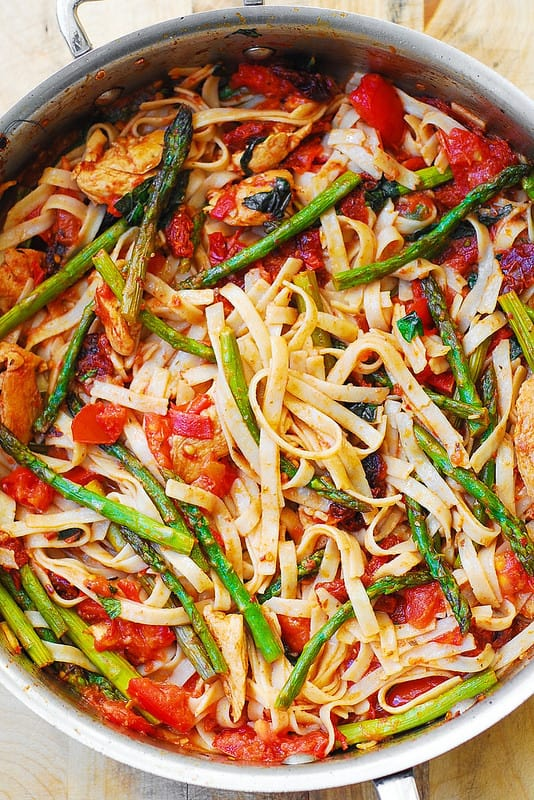 best gluten free pasta, Spring chicken pasta dinner recipe, Summer chicken pasta recipe, best chicken pasta dinner recipes, basil, tomatoes, asparagus fettuccine