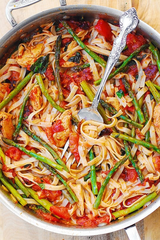 asparagus chicken pasta, tomato chicken pasta, healthy chicken pasta recipe, fresh basil, asparagus, tomatoes, easy fettuccine recipe