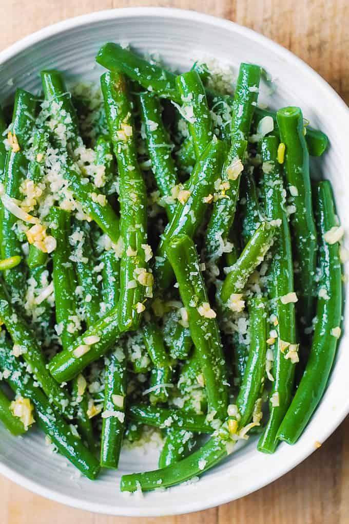 Judías verdes de ajo con aceite de oliva y parmesano